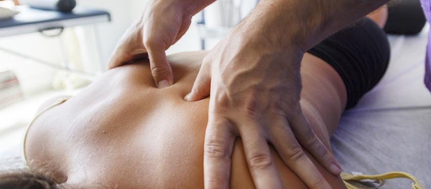 Schmerzen durch Krankengymnast behandeln lassen.